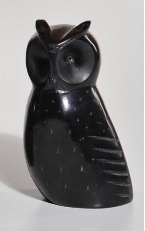 Svart uggla i täljsten, med 15 cm och 1,5 kg är den ett utmärkt bokstöd och även en originell dekoration. Fair Trade från Indien.