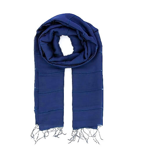 elegant sjal eller scarf i blå färg med mönster av brutna ränder, handgjort av siden och viskos i Vietnam för Fair Trade.