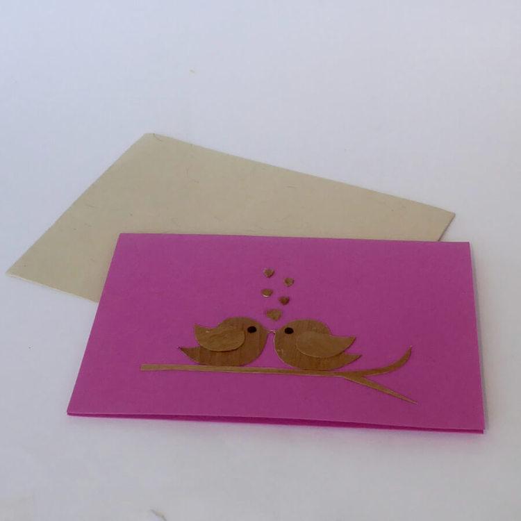 Dubbel brevkort med kuvert, handgjort  med två fåglar i kärlekstkvitter, Fair Trade från Bangladesh