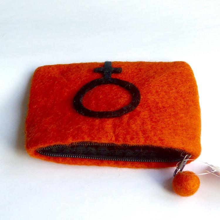 Necessär med Venus-symbolen, handtovad i Nepal för Fair Trade. 14 x 11cm. På bilden med öppen dragkedja.