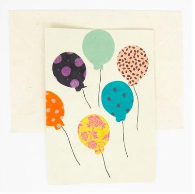 Dubbelvikt brevkort av handgjort papper. Motiv ballonger. Fint som gratulationskort. Fair Trade från Nepal. Afroart.