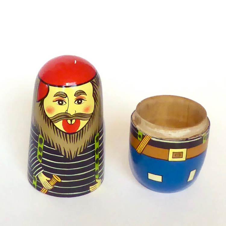 """Ryskdocka eller matrjosjka) i trä, fem delar. Här en mer skämtsam variant med """"skäggiga gubbar""""."""
