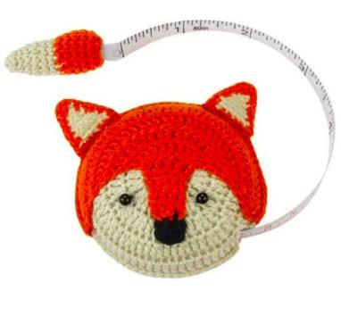 Roligt måttband med upprullningsverk. Dra den virkade räven i svanspetsen för att ta mått! 150 cm. Fair Trade Vietnam.