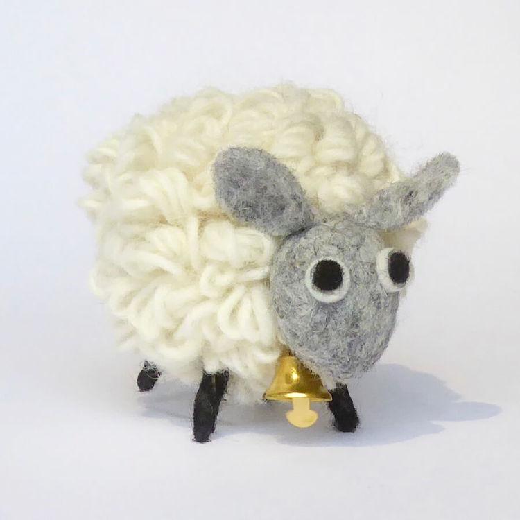 Fluffigt får av vit ull, med liten bjällra. 12 cm. Originellt present, fin maskot. Fair Trade från Nepal.