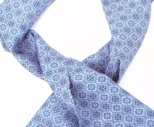 Elegant plastrong eller ascot, en halsduk för män i ljusblå färg med sober ornament. Detailjbild på mönstret. Till avslappnade tillställningar och högtidliga event. Handvävd för Fair Trade i Indien.