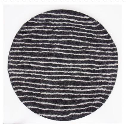 Rund sittdyna Felt Stripe från Afroart. Mörkgrå färg med vita ränder. Fair Trade från Nepal.