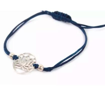 Armband med lotusblomma i mässing. Justerbart band av blå bomull. Fair Trade från Indien.