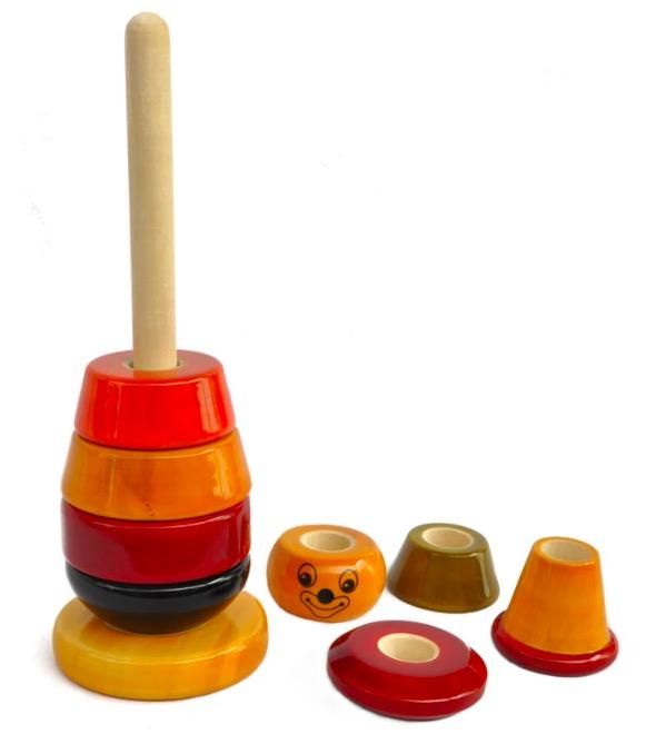Stapelsorterare, en figur i trä, med naturliga färger, 8 rörliga delar som träs av och på en träpinne. Fair Trade.