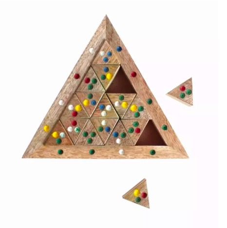 Klurigt triangel-träpussel med små prickiga triangulära pusselbitar. Mangoträ. Fair Trade från Indien.