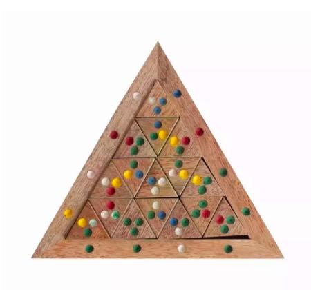 Klurigt triangel-geometripussel med små prickiga triangulära pusselbitar. Mangoträ. Fair Trade från Indien.