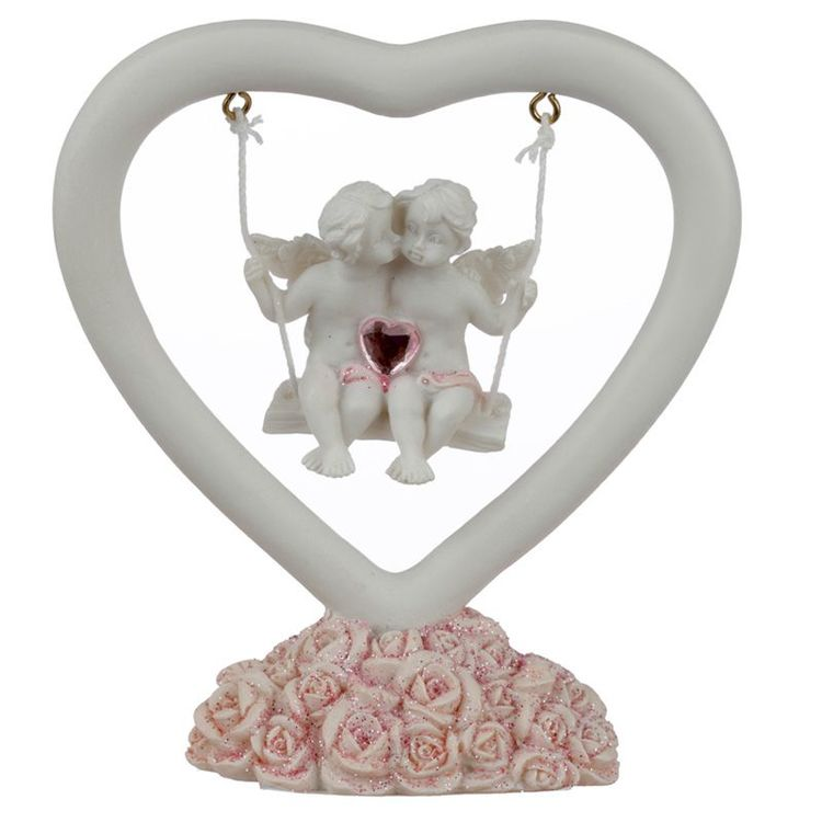 Gungande änglar i hjärta med rosa blommor