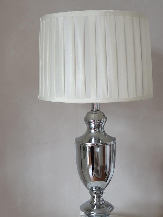 Lampa i krom med skärm