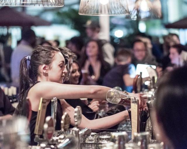 job saisonnier   oriane  barmaid en boite de nuit