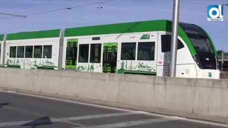 Selfies y decenas de curiosos para ver el tranvía en la parada de Janer