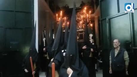 La Sagrada Mortaja procesiona con solemnidad ante fieles desbordados por la emoción
