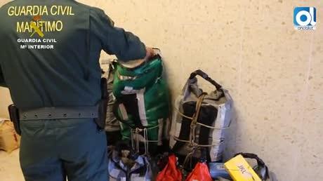 Intervienen 284 kilos de cocanía ocultos en mochilas atadas a bidones bajo el agua de la ría