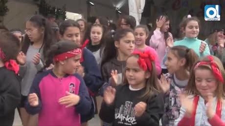 Coros y 'Dance School Chiclana' marcan el ritmo en la Alameda del Río
