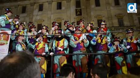 Coros en la plaza del Rey en una tarde en la que se despidió la lluvia