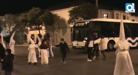 Un autobús urbano se cuela en la procesión de La Clemencia