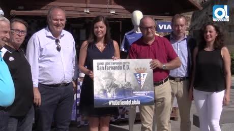 La alcaldesa recibe el carnet del San Fernando CD a un día de la Liga