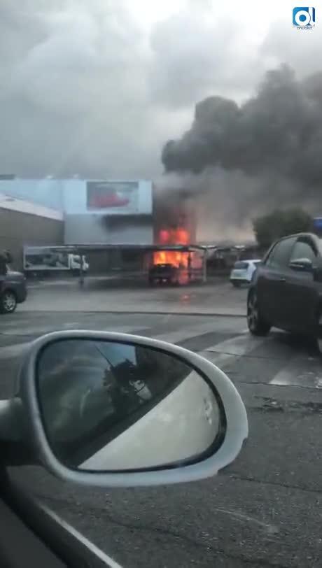 Un acto vandálico de dos menores provocó el fuego de Carrefour Alameda
