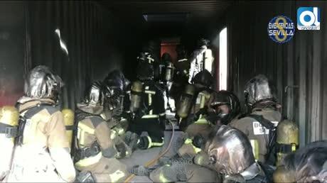 Simulacro de incendio en vivienda para prácticas de bomberos