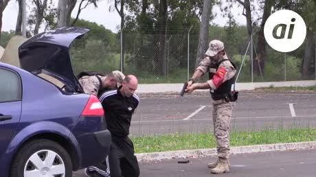 Un detenido con explosivos (simulado) en la puerta de la Carraca