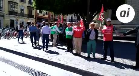 Cadenas humanas ante el Banco de España para reclamar pensiones dignas