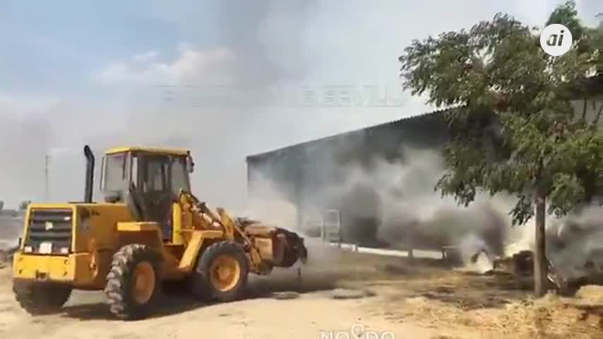 Incendio en un almacén de paja provoca una nube de humo sobre Sevilla
