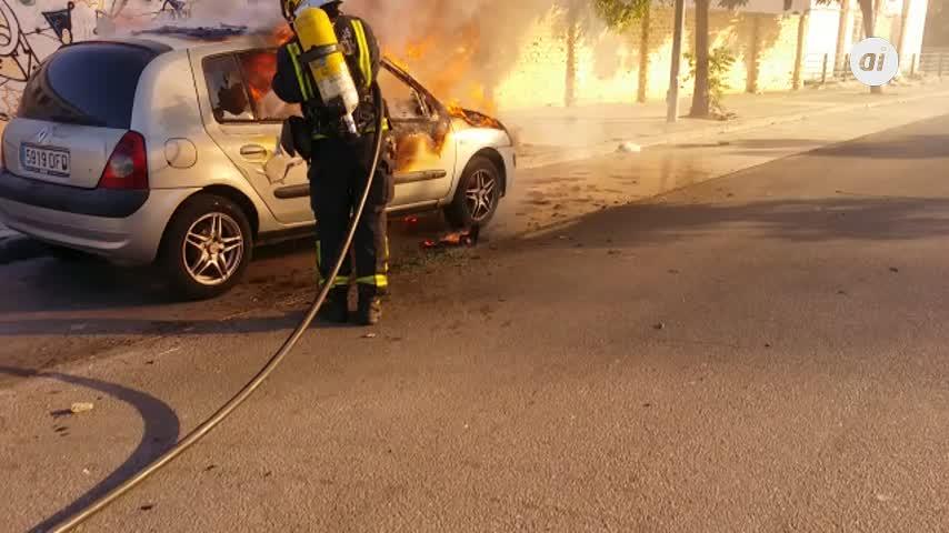 Arde un coche en plena calle en Málaga