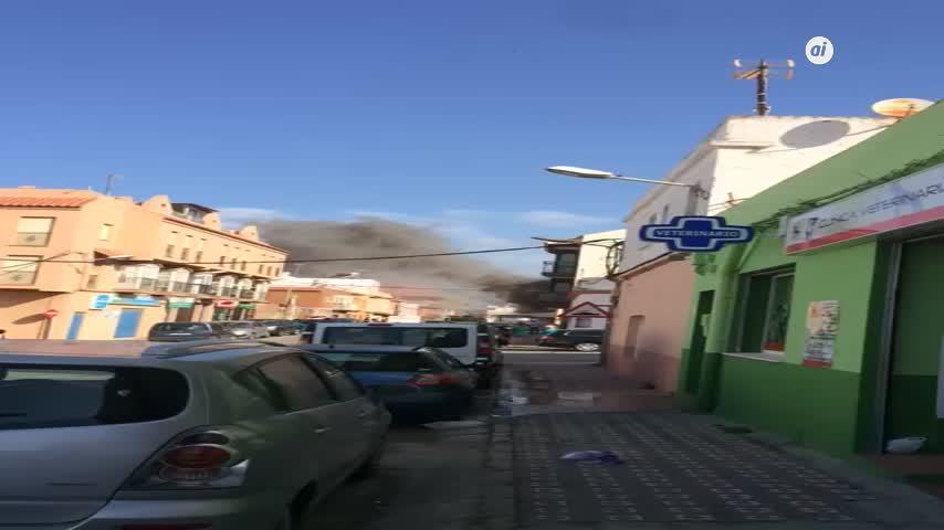 Dos afectados y apartamentos evacuados en un incendio en Tarifa