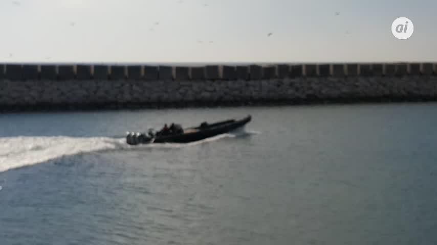 Avistada lancha a media carga en zona litoral de La Atunara, La Línea
