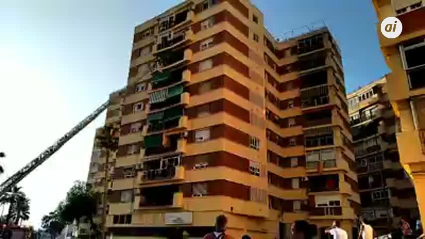 """Los bomberos evitan """"in extremis"""" la caída de una niña de un 8º piso"""
