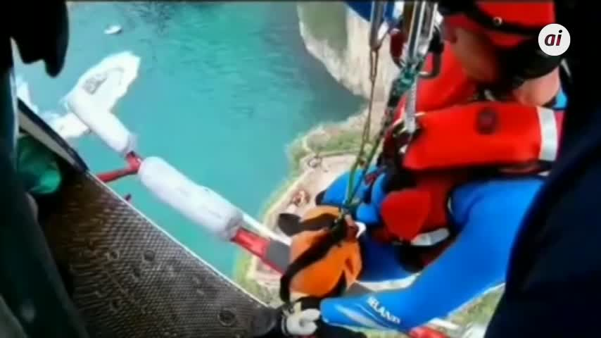 Evacuado un joven que se tiró al agua desde unos 12 metros