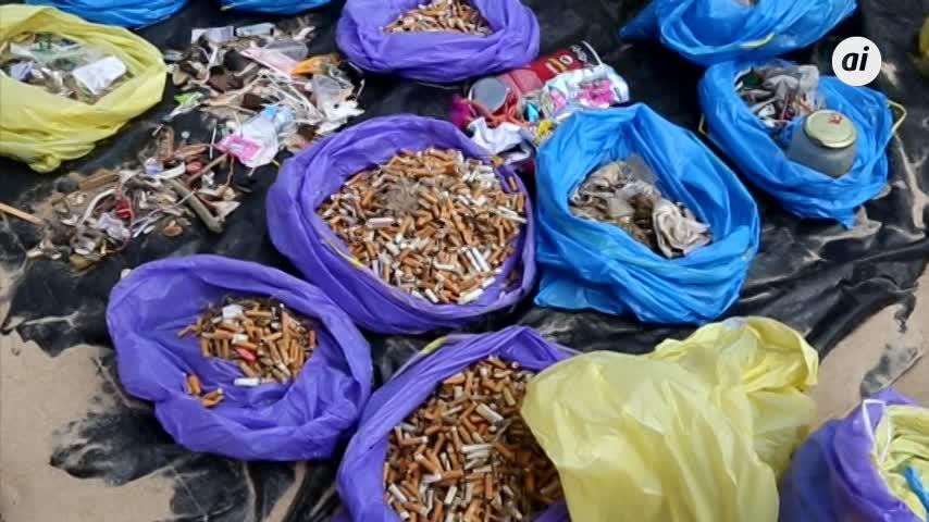 Niños y niñas de Rota se suman a la recogida de residuos en la playa