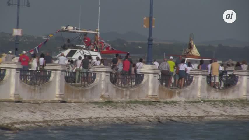 Cientos de isleños acompañan a la Virgen en la procesión marítima