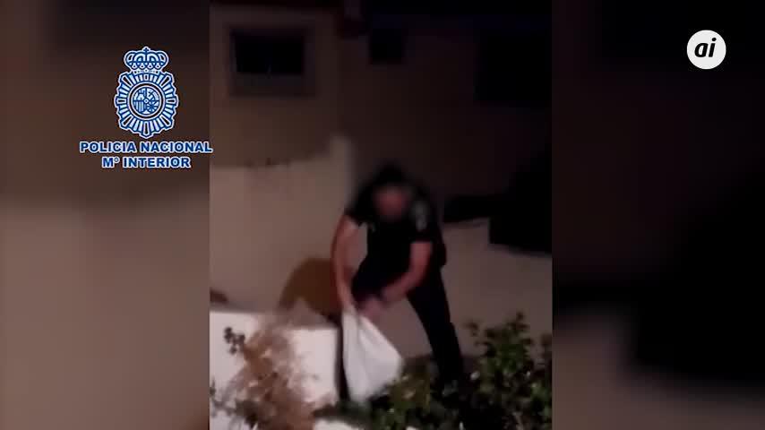 La Policía captura una serpiente en el patio de una vivienda de Málaga