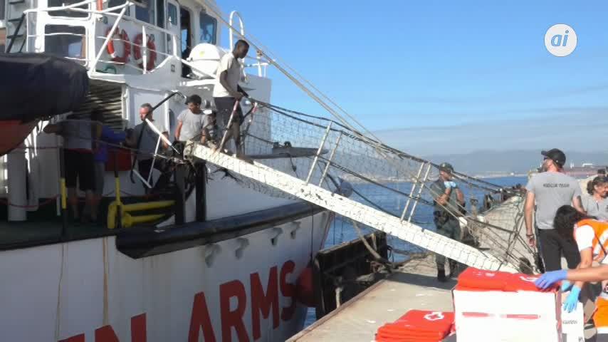 El buque 'Open Arms' llega al puerto de Algeciras con 87 migrantes
