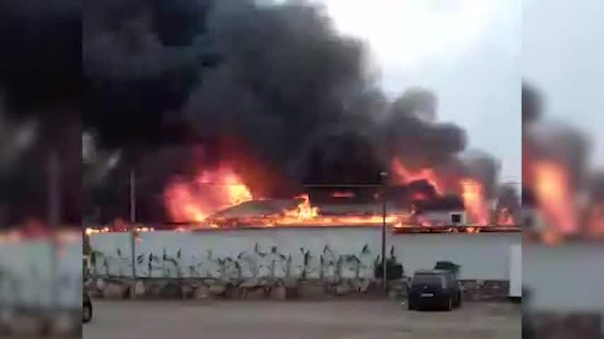 El fuego arrasa un chiringuito en el paseo marítimo de Torre del Mar