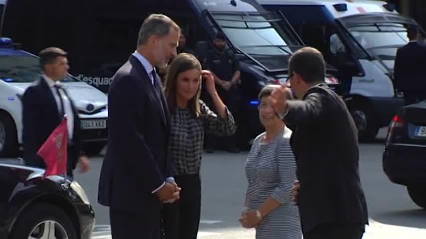 Rey preside el homenaje de 17A tras ser recibido con gritos de apoyo