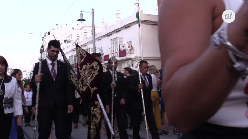 Una procesión llena La Isla y si es el Nazareno, apaga y vámonos