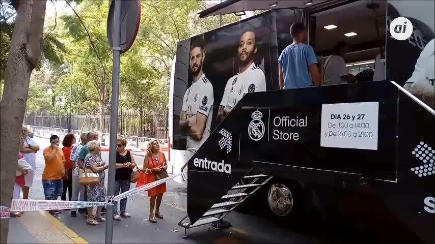 Algeciras recibe al autobús del Real Madrid Official Store Roadshow