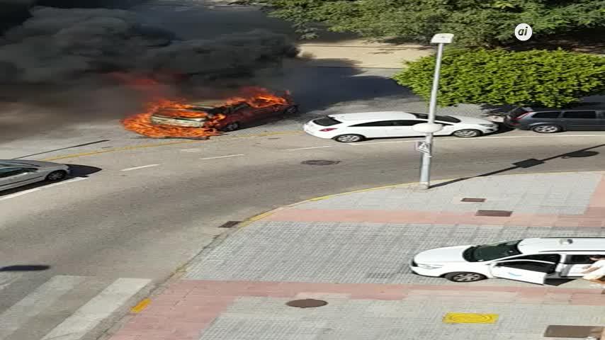 Suena una explosión y sale un coche ardiendo en plena calle en Cádiz
