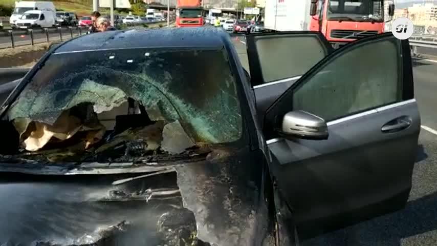 Arde un vehículo en la MA-20 junto al Palacio de Ferias de Málaga