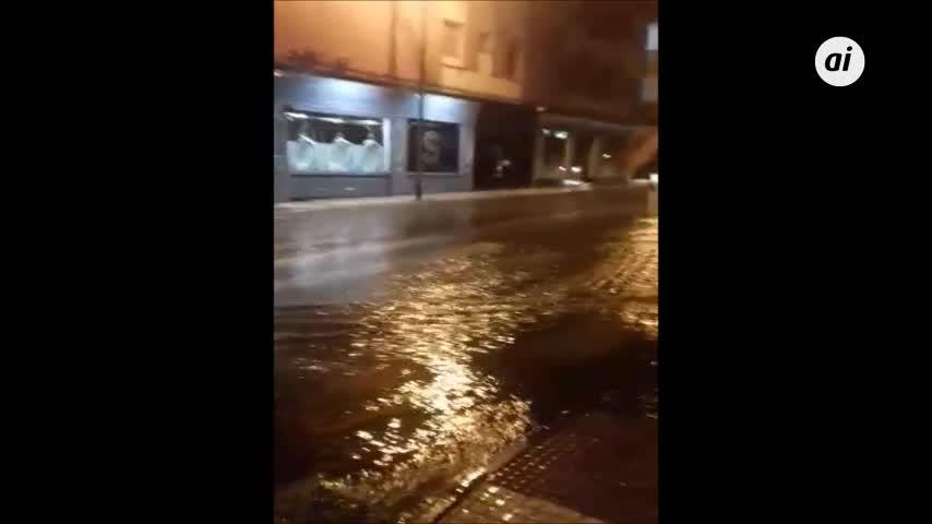 Distintos puntos de la ciudad se anegan tras las fuertes lluvias