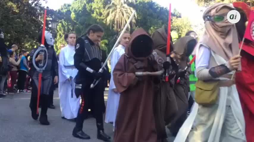 Miles de sevillanos se echan a la calle para ver desfile de Star Wars