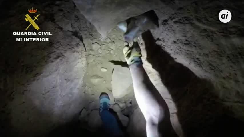 La Guardia Civil rescata a un perro atrapado en una cueva de Almería