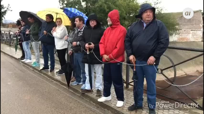 El alcalde de La Roda se encadena para pedir ayudas por las riadas