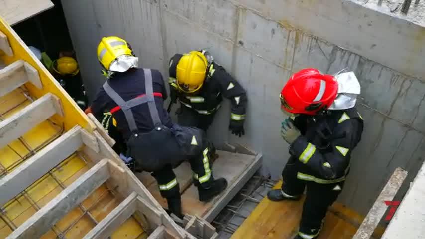 Los bomberos de Málaga rescatan a un obrero desmayado en un sótano