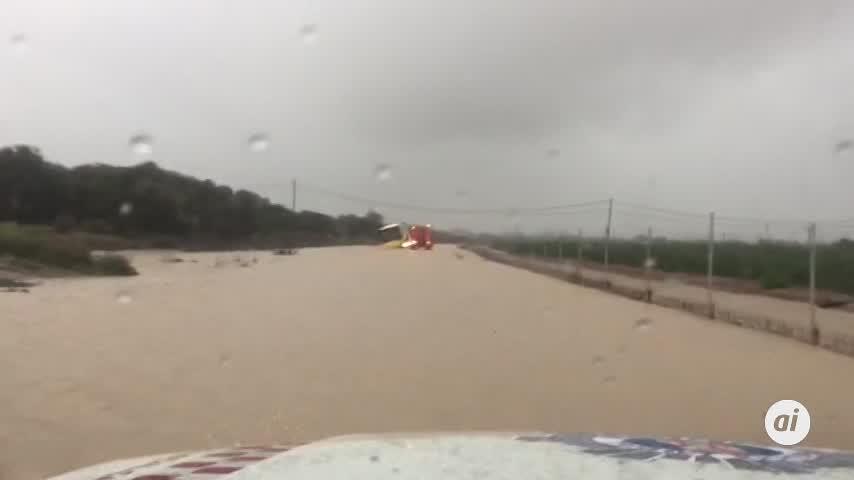 Rescatan a 70 niños atrapados en un autobús debido a las lluvias